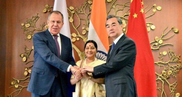 В Китае продолжается встреча глав МИД РФ, КНР и Индии.