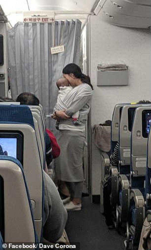 Мама младенца, летевшая из Кореи в США, одарила 200 человек (ФОТО)