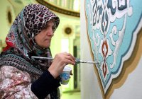Последний штрих: мусульманка завершила незаконченные работы мужа-каллиграфа