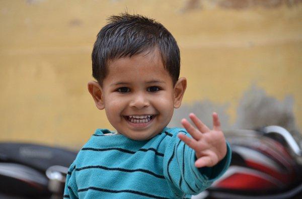 2-летний мальчик по имени Картик играл на балконе без присмотра взрослых и провалился в пространство между перилами