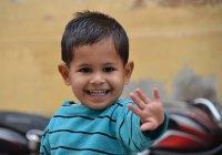 В Индии 2-летний мальчик выжил после падения с третьего этажа (ВИДЕО)