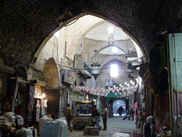 Рынок аль-Мадина в Алеппо пострадал от боевых действий.