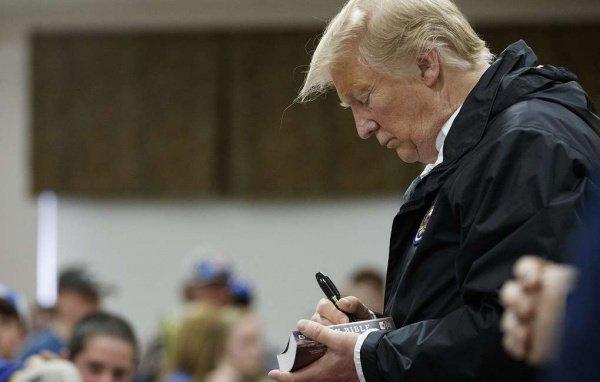 Библия с автографом Трампа ушла с молотка.