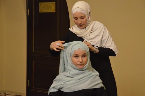 Аурат перед немусульманками: когда разрешено снимать платок, а когда нет?
