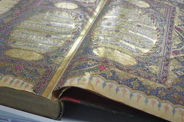 Хранящийся в библиотеке аль-Кадирийя рукописный Коран, подаренный библиотеке матерью османского султана Абдул-Маджида (XIX в.) (фото из исходной статьи)