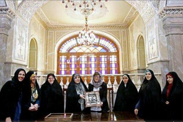 Кейт Гилмор и Масуме Эбтекар на встрече в Тегеране.