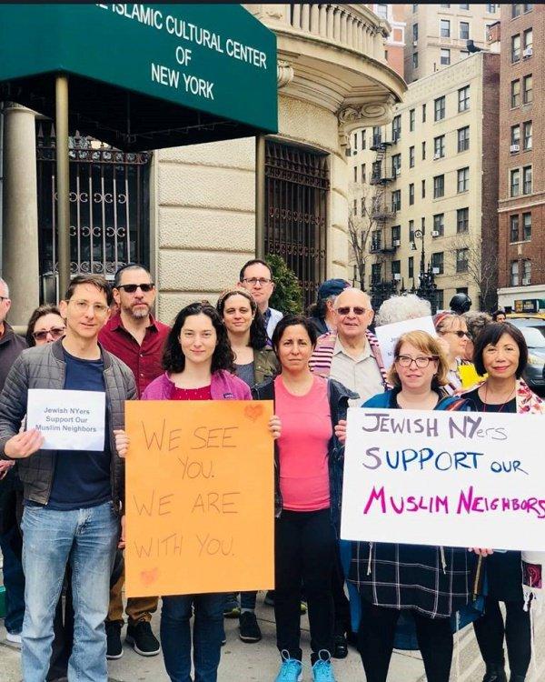 Представители еврейской общины Нью-Йорка у входа в Исламский центр в Нью-Йорке.