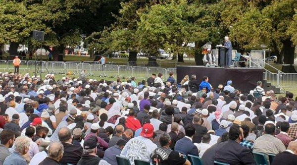 Траурный митинг собрал десятки тысяч человек.
