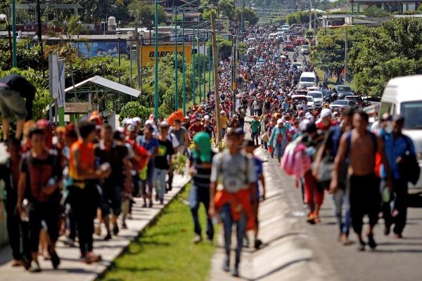 Более тысячи мигрантов движутся к границам США.
