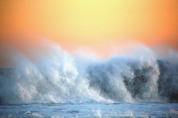 При этом волны достигали 8 м в высоту, они двигались со скоростью 90 км/ч