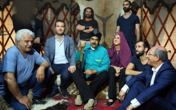 Николас Мадуро с актерами турецкого сериала.
