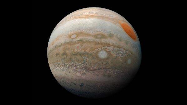 Снимок сформирован из отдельных кадров, сделанных зондом Juno