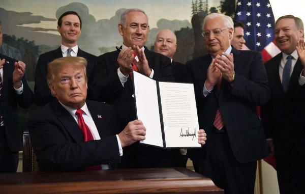 Церемония подписания скандального документа.