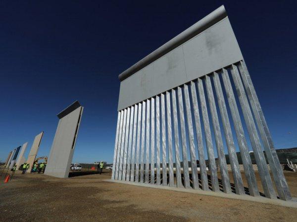 Стена на границе Мексики и США.