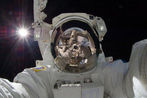 В НАСА ранее заявили, что выход в открытый космос 29 марта осуществят Кристина Кох и Энн Макклейн
