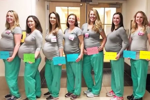Больница опубликовала в соцсети Facebook фото, на которой позируют 8 из 9 беременных женщин