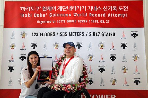 Атлет на коляске спустился по лестнице высочайшего здания Южной Кореи - небоскреба Lotte World