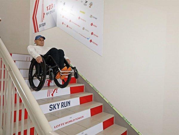 Сегодня албанский колясочник преодолел в общей сложности 2917 ступеней 123-этажной высотки за 49 минут и 56 секунд