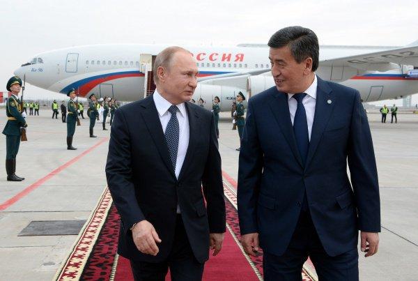 Президенты России и Киргизии в аэропорту Бишкека.