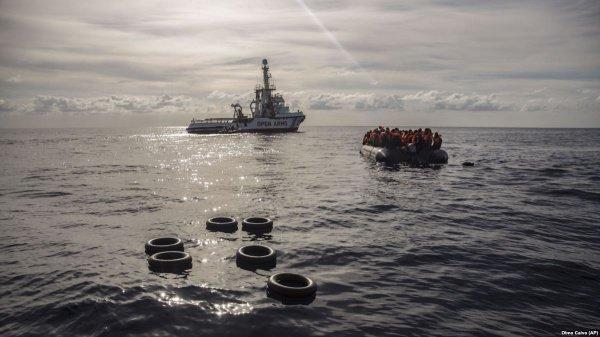 Захваченное мигрантами судно направляется к берегам Мальты.