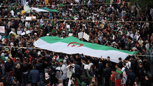 В Алжире продолжаются массовые протесты.