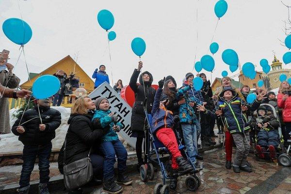 Праздник начнется с запуска в небо сотен синих воздушных шаров.