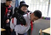 В Китае школьник каждый день носит на спине больного друга (ФОТО)