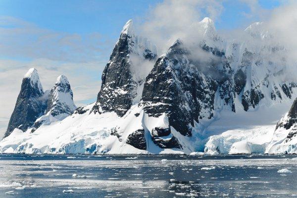 Глобальное потепление вызывает таяние вечной мерзлоты и эрозию берегов на шельфе, сопровождающееся высвобождением метана