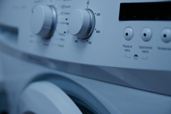 Котенка случайно обнаружили внутри стиральной машины прямо перед 10-минутным циклом отжима