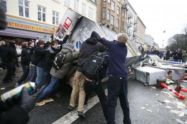 Манифестанты нанесли серьезный ущерб городу.
