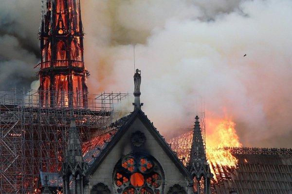 Огонь тушили 400 пожарных.