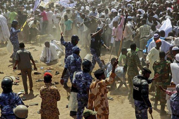 В регионе Дарфур регулярно возникают вооруженные столкновения.
