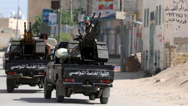 В районе Триполи продолжаются боевые действия.