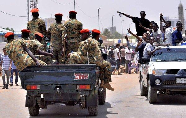 Афросоюз призвал военных Судана передать власть гражданским.