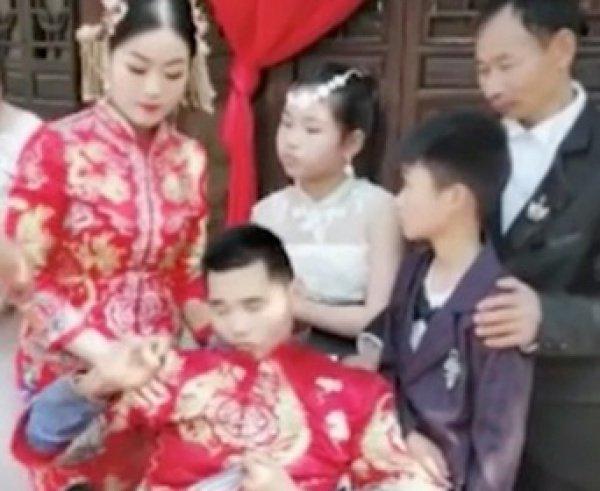 32-летняя Чжан Цзюань из провинции Цзянсу организовала фотосессию в качестве подарка для Цао Cхуаньcхуаня