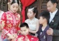 В Китае женщина выходит замуж за парализованного жениха