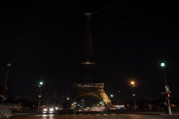 В Париже почтили память жертв терактов в Шри-Ланке.