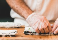 В Кемеровской области женщина поела суши и впала в кому