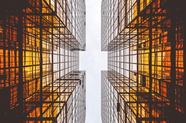 Сейчас в Нью-Йорке насчитывается больше 100 зданий, чья высота превышает 600 футов (183 м)
