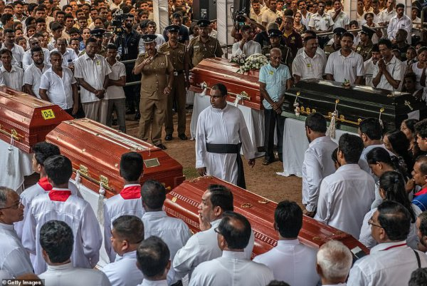 В Шри-Ланке хоронят жертв терактов.