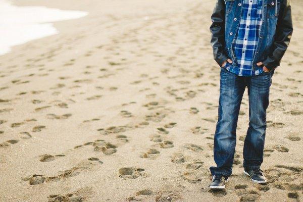 Стирать джинсы нужно исключительно в прохладной воде с мягким моющим средством
