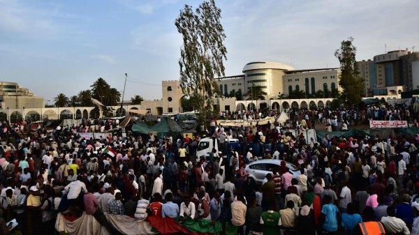 Протесты в Алжире и Судане привели к смене власти.
