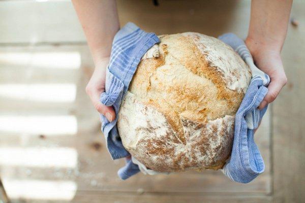 Кто почтит хлеб, того почтит Аллах