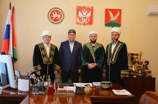 Камиль Самигуллин с руководством Азнакаевского мухтасибата.