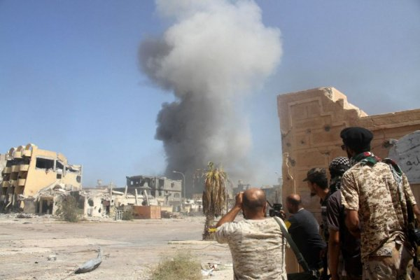 В окрестностях Триполи продолжаются боевые действия.