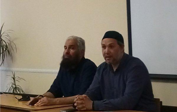 (слева направо) Гость из Кувейта господин Хамад аль-Синан и преподаватель медресе Мухаммадия Айрат устаз Яруллин