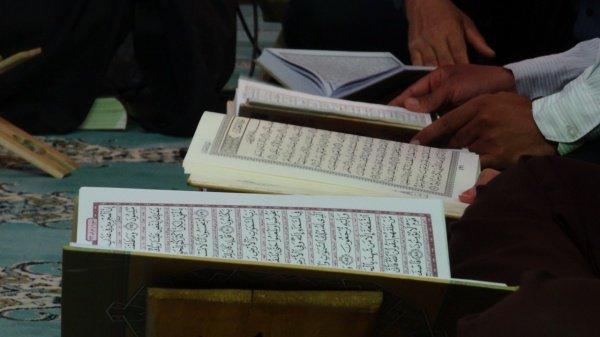 Можно ли совершать намаз, читая тексты Корана из книги?