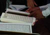 Можно ли совершать намаз, держа в руке Коран и читая из него?