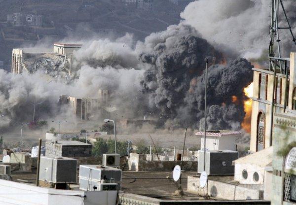 Арабская коалиция нанесла удары по жилому кварталу Саны.