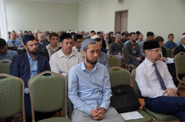 Студенты-мусульмане обсуждают духовные ценности.